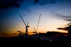 Chiuda su della gru a torre, in costruzione a Bangkok, la Tailandia immagine stock