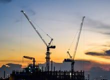 Chiuda su della gru a torre, in costruzione a Bangkok, la Tailandia fotografie stock libere da diritti
