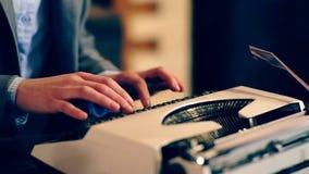 Chiuda su della macchina da scrivere su cui il testo è scritto Apprendimento del concetto Scolari in uniforme Insegnante dentro