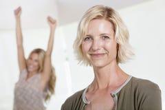 Chiuda su della madre con la figlia emozionante che solleva le mani Immagini Stock