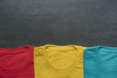 Chiuda su della maglietta variopinta su fondo nero Fotografia Stock Libera da Diritti