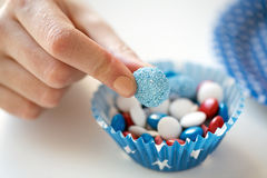 Chiuda su della mano con le caramelle sulla festa dell'indipendenza Fotografia Stock