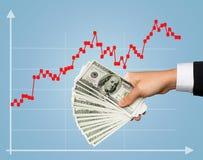 Chiuda su della mano maschio che tiene il denaro contante del dollaro Fotografie Stock Libere da Diritti