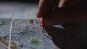 Chiuda su della mappa francese della città, mano della destinazione turistica di viaggio della marcatura con il perno stock footage
