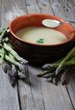 Chiuda in su della minestra dell'asparago con un cucchiaio Immagine Stock Libera da Diritti