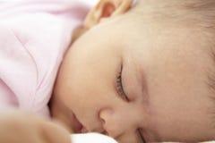 Chiuda su della neonata addormentata a casa Fotografie Stock