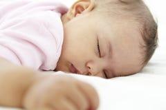 Chiuda su della neonata addormentata a casa Fotografia Stock