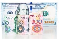 Chiuda su della nota di valuta della Cina Yuan Renminbi contro il dollaro americano Fotografie Stock