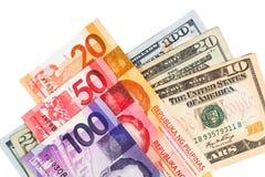 Chiuda su della nota di valuta delle Filippine Piso contro il dollaro americano Fotografie Stock