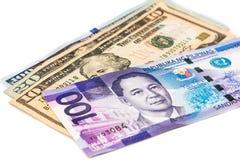 Chiuda su della nota di valuta delle Filippine Piso contro il dollaro americano Immagini Stock