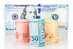 Chiuda su della nota di valuta di ringgit della Malesia contro il dollaro americano Immagini Stock Libere da Diritti