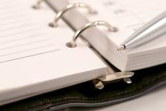 Chiuda in su della nota e della penna Fotografia Stock Libera da Diritti