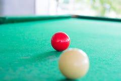 Chiuda su della palla rossa dello snooker Fotografia Stock