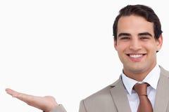 Chiuda in su della palma sorridente della holding del commesso in su Immagine Stock Libera da Diritti