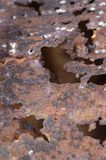 Chiuda in su della parte arrugginita di ferro in pieno dei fori Fotografia Stock
