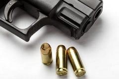 Pistola e pallottole Immagini Stock Libere da Diritti