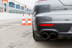 Chiuda su della parte posteriore dell'automobile sulla gara motociclistica su pista allo stadio Fotografia Stock