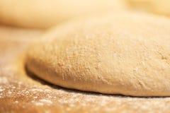 Chiuda su della pasta di pane del lievito al forno Immagine Stock