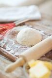 Chiuda su della pasta di pane sul tagliere Immagini Stock Libere da Diritti