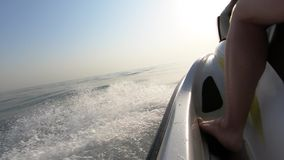 Chiuda su della persona che guida il jet ski nel mare stock footage
