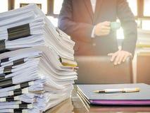 Chiuda su della pila di documenti di affari Immagine Stock
