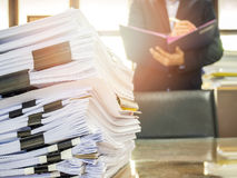 Chiuda su della pila di documenti di affari Fotografia Stock