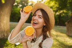 Chiuda su della ragazza adorabile in cappello dell'estate che spende il tempo al parco, immagini stock