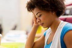Chiuda su della ragazza africana dello studente sulla conferenza immagine stock libera da diritti