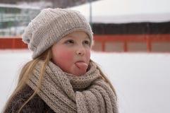 Chiuda su della ragazza sveglia sorridente con il cappello tricottato l'inverno Colpo all'aperto con fondo vago unfocused fotografie stock