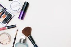 Chiuda su della roba stabilita del cosmetico di trucco Fotografia Stock