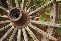Chiuda su della ruota di vagone di legno della ruggine Immagini Stock Libere da Diritti