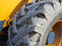 Chiuda su della ruota della gomma del trattore Fotografie Stock