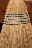 Chiuda su della scopa del cereale con la cucitura blu immagini stock
