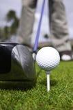 Chiuda in su della sfera di golf sull'impostazione del driver e del T Fotografie Stock