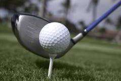 Chiuda in su della sfera di golf sull'impostazione del driver e del T Immagini Stock Libere da Diritti