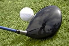 Chiuda in su della sfera di golf sull'impostazione del driver e del T Fotografia Stock Libera da Diritti