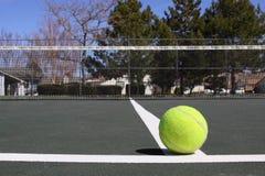 Chiuda in su della sfera di tennis sulla corte Fotografia Stock