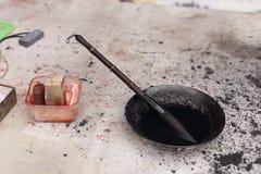 Chiuda su della spazzola di scrittura del cinese tradizionale nell'inchiostro nero Immagini Stock Libere da Diritti