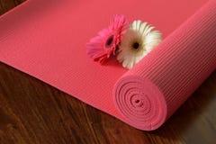Chiuda su della stuoia rosa di yoga sul pavimento di legno di Brown Fotografia Stock Libera da Diritti