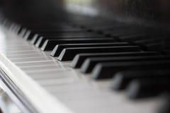 Chiuda su della tastiera di piano Fotografie Stock