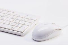 Chiuda su della tastiera senza fili bianca e del topo metallico Fotografie Stock