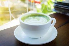 Chiuda su della tazza di caffè dentro si rilassano il tempo sul backgro della caffetteria della sfuocatura fotografia stock libera da diritti