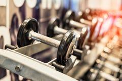 Chiuda su della testa di legno d'acciaio metallica nera messa Teste di legno sullo scaffale nel centro di forma fisica di sport A fotografie stock