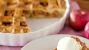 Chiuda su della torta di mele con il gelato sul piatto stock footage