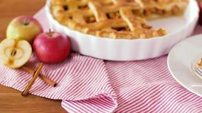 Chiuda su della torta di mele con il gelato sul piatto video d archivio