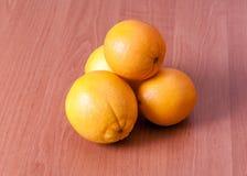 Chiuda su delle arance fresche sul bordo di legno Fotografia Stock Libera da Diritti