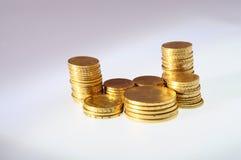 Lotto delle monete di oro per risparmiare Fotografie Stock Libere da Diritti