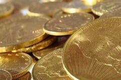 Lotto delle monete di oro per risparmiare Fotografia Stock