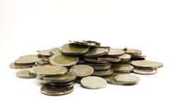 Chiuda su delle azione delle monete tailandesi immagini stock