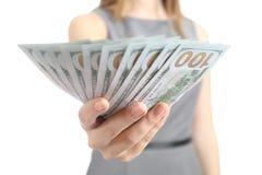 Chiuda su delle banconote di affari della donna di una tenuta della mano Fotografia Stock